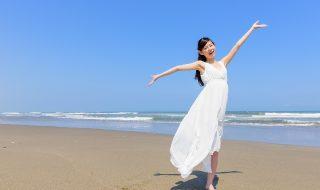 海で踊る女性